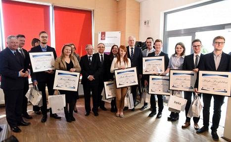 minister_gowin_wreczyl_nagrody_najlepszym_studentom_pl