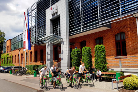 Studenci przed budynkiem IFE