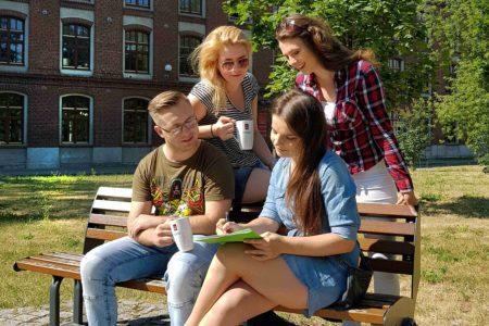 Studenci na kampusie Politechniki Łódzkiej