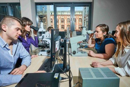 Studenci podczas zajęć w laboratorium